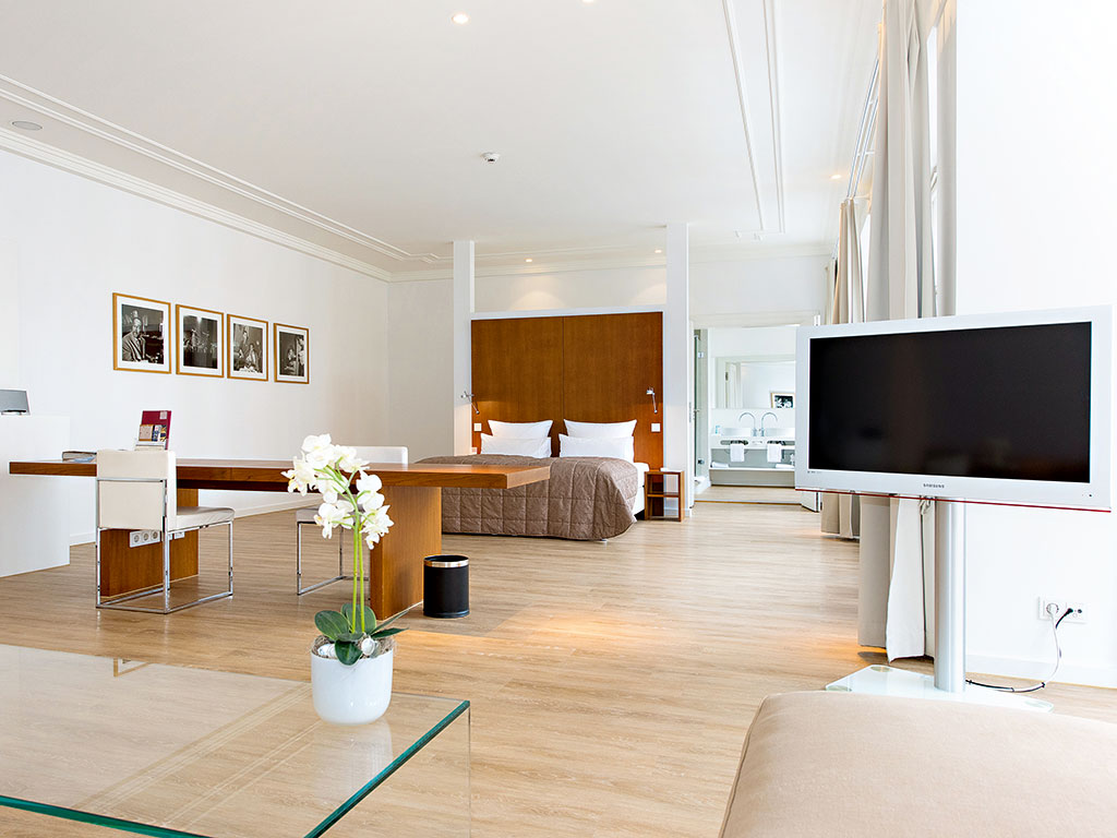 One of the elegant rooms on offer at Ellington Hotel Berlin. Each room offers wireless internet access and air-conditioning, in addition to extensive natural daylight